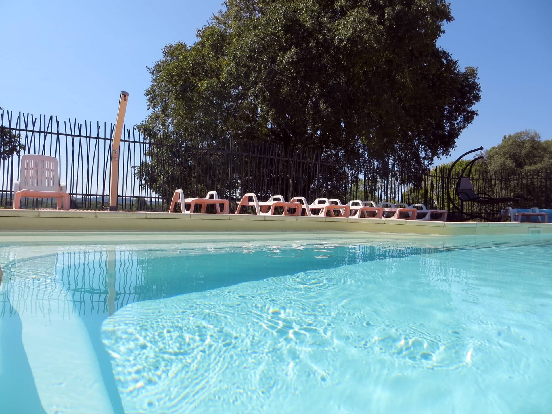 Détente à la piscine du Domaine de Christin