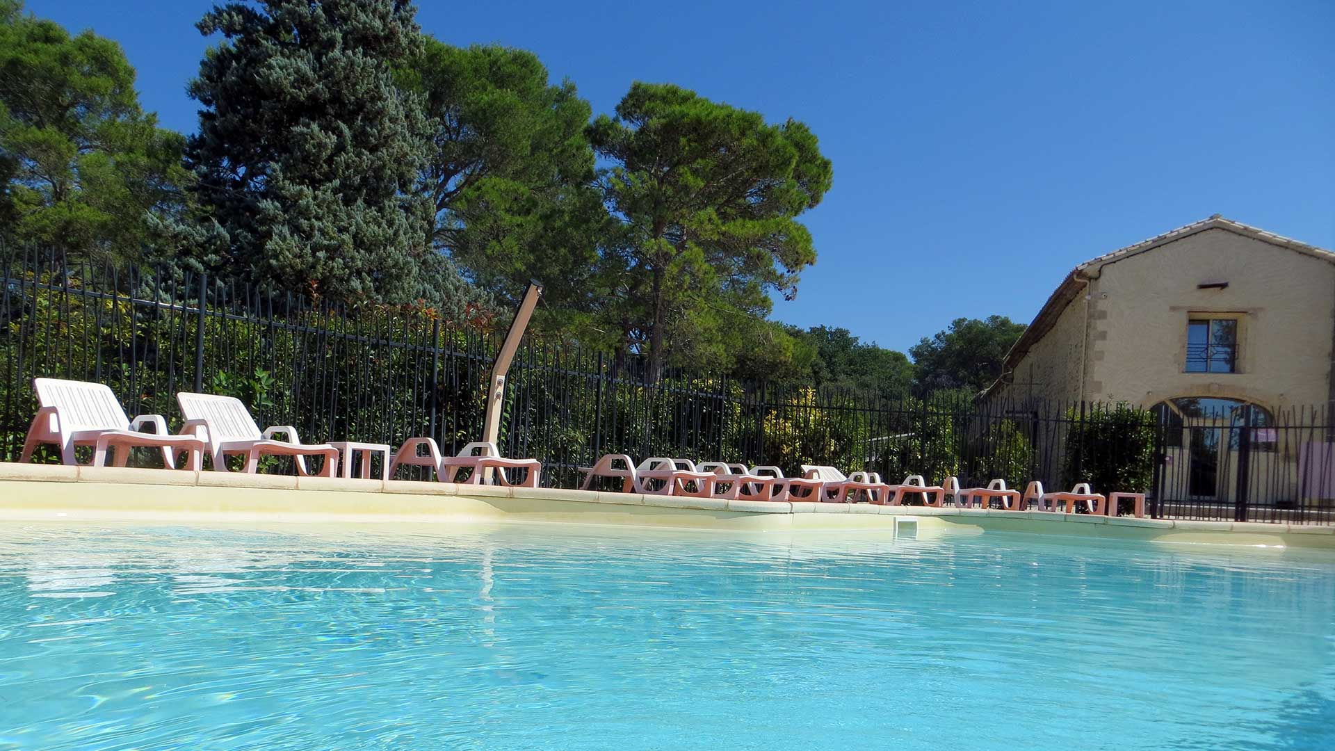 Se détendre à la piscine du Domaine de Christin