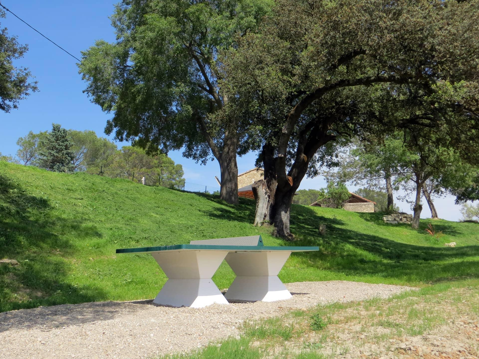 Table de ping-pong extérieure au Domaine de Christin