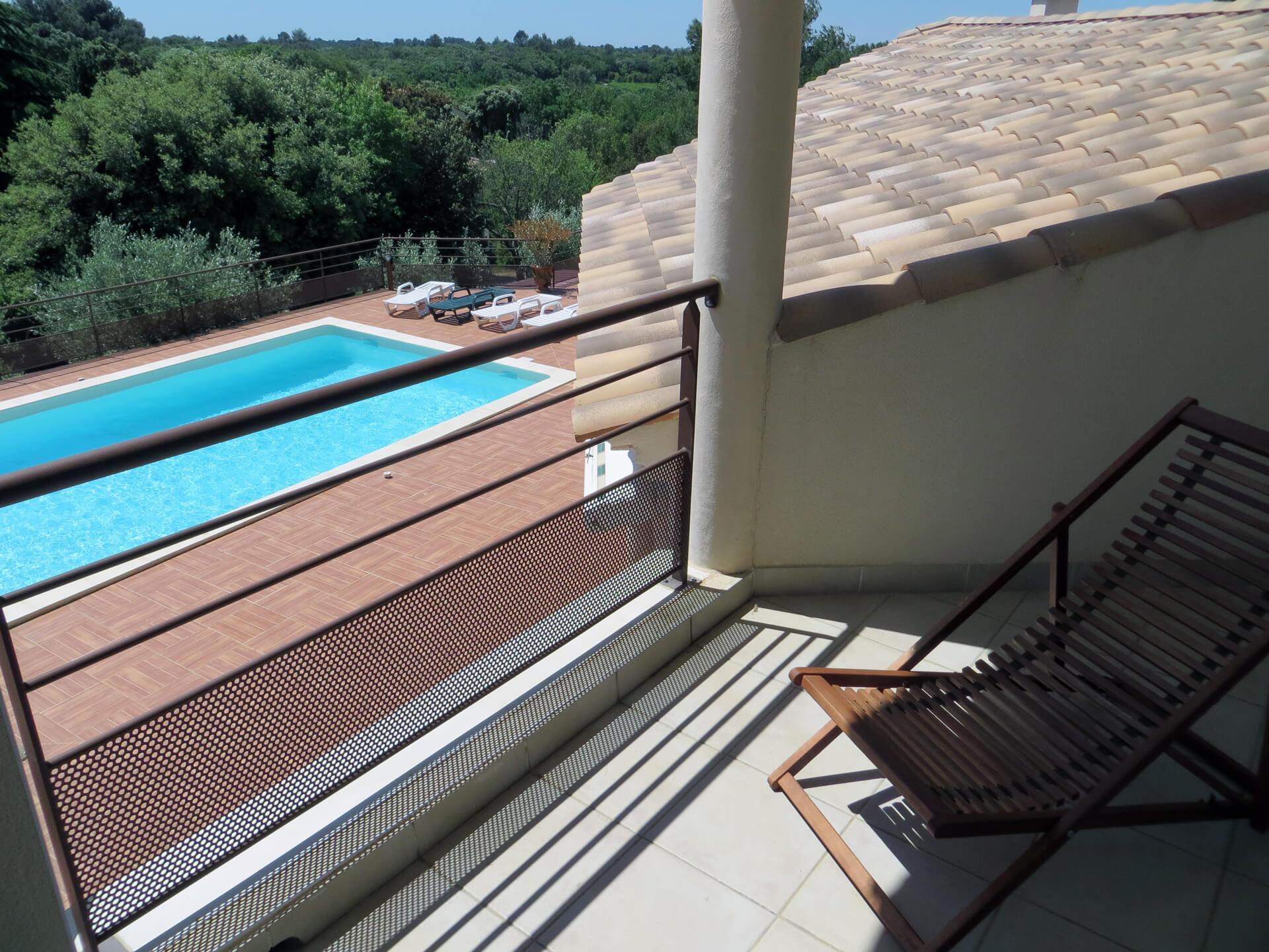 Vue piscine d'une chambre de la villa l'Olivière